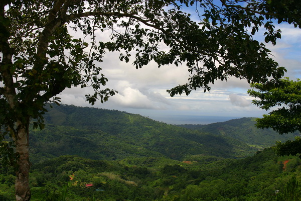 The Pacific Ocean can be seen just over the ridgetop in this photo of the mountains about halfway between Dominical and San Isid